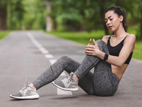 woman with knee pain, knee injury, causes of knee pain, bodyviva
